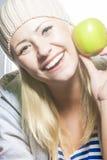 Πορτρέτο κινηματογραφήσεων σε πρώτο πλάνο της χαμογελώντας καυκάσιας γυναίκας με την πράσινη Apple Στοκ Εικόνα