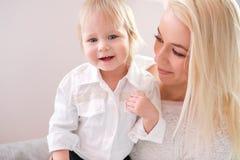 Πορτρέτο κινηματογραφήσεων σε πρώτο πλάνο της χαριτωμένης μητέρας με την κόρη στο σπίτι στοκ εικόνα