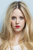 Πορτρέτο κινηματογραφήσεων σε πρώτο πλάνο της όμορφης νέας γυναίκας με τα ξανθά μαλλιά και τα κόκκινα χείλια Στοκ Φωτογραφίες
