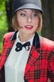 Πορτρέτο κινηματογραφήσεων σε πρώτο πλάνο της όμορφης νέας γυναίκας στο κοστούμι αμαζωνών μέσα Στοκ Εικόνα