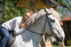 Πορτρέτο κινηματογραφήσεων σε πρώτο πλάνο του έφηβη και του αλόγου στοκ εικόνες