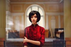 Πορτρέτο κινηματογραφήσεων σε πρώτο πλάνο του γυναικείου brunette στο πλούσιο εσωτερικό Στοκ Εικόνες
