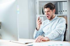 Πορτρέτο κινηματογραφήσεων σε πρώτο πλάνο του επιχειρηματία στην πίεση που μιλά στο τηλέφωνο Στοκ Εικόνες