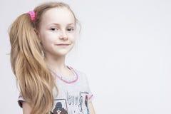 Πορτρέτο κινηματογραφήσεων σε πρώτο πλάνο του εύθυμου χαμογελώντας καυκάσιου θηλυκού ξανθού παιδιού Στοκ φωτογραφίες με δικαίωμα ελεύθερης χρήσης