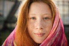 Πορτρέτο κινηματογραφήσεων σε πρώτο πλάνο του κόκκινου κοριτσιού εφήβων με τις φακίδες Στοκ Εικόνα