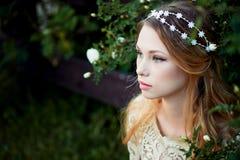 Πορτρέτο κινηματογραφήσεων σε πρώτο πλάνο του νέου κοριτσιού με τη μακριά ξανθή τρίχα Ευγενής και φωτεινός Στοκ Εικόνα
