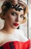 Πορτρέτο κινηματογραφήσεων σε πρώτο πλάνο του όμορφου νέου κοριτσιού με diadem στο κεφάλι διανυσματικός τρύγος ύφους απεικόνισης  στοκ φωτογραφίες
