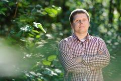 Πορτρέτο κινηματογραφήσεων σε πρώτο πλάνο του όμορφου νεαρού άνδρα στο δάσος Στοκ Εικόνες