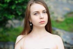 Πορτρέτο κινηματογραφήσεων σε πρώτο πλάνο του όμορφου σοβαρού υπαίθριου, ανοικτού shoulde κοριτσιών Στοκ Φωτογραφία