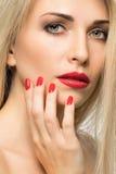 Πορτρέτο κινηματογραφήσεων σε πρώτο πλάνο των προκλητικών χειλιών γυναικών με το κόκκινο κραγιόν και το κόκκινο μ Στοκ φωτογραφία με δικαίωμα ελεύθερης χρήσης