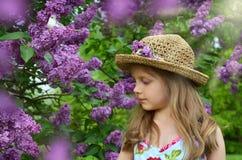 Πορτρέτο κοριτσιών άνοιξη με τα ιώδη λουλούδια στοκ φωτογραφία