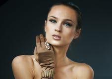 Πορτρέτο κοριτσιών γοητείας μόδας ομορφιάς Εκλεκτής ποιότητας φθορά κοριτσιών ύφους Στοκ Φωτογραφίες