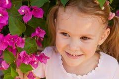 πορτρέτο κοριτσιών θάμνων ανασκόπησης Στοκ Φωτογραφίες