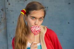 Πορτρέτο κοριτσιών με τη φωτεινή καραμέλα Στοκ φωτογραφία με δικαίωμα ελεύθερης χρήσης