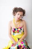 πορτρέτο κοριτσιών μόδας φορεμάτων τέχνης αρκετά στοκ φωτογραφία με δικαίωμα ελεύθερης χρήσης