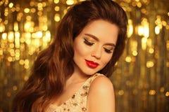 Πορτρέτο κοριτσιών ομορφιάς μόδας που απομονώνεται στο χρυσό υπόβαθρο φω'των Χριστουγέννων ακτινοβολώντας bokeh Γοητεία makeup Μα στοκ φωτογραφία με δικαίωμα ελεύθερης χρήσης