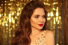 Πορτρέτο κοριτσιών ομορφιάς μόδας που απομονώνεται στο χρυσό υπόβαθρο φω'των Χριστουγέννων ακτινοβολώντας bokeh Γοητεία makeup Χρ στοκ εικόνα