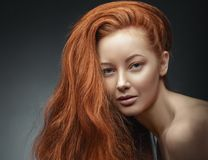 Πορτρέτο κοριτσιών ομορφιάς Υγιής μακριά σγουρή κόκκινη τρίχα Στοκ Φωτογραφίες