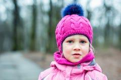 Πορτρέτο λίγου λυπημένου κοριτσιού υπαίθριου Στοκ εικόνες με δικαίωμα ελεύθερης χρήσης