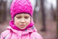 Πορτρέτο λίγου λυπημένου κοριτσιού υπαίθριου Στοκ φωτογραφία με δικαίωμα ελεύθερης χρήσης