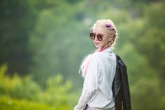 Πορτρέτο λίγου όμορφου μοντέρνου κοριτσιού παιδιών στο πράσινο δασικό υπόβαθρο στοκ εικόνα με δικαίωμα ελεύθερης χρήσης