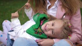 Πορτρέτο Λίγο χαμογελώντας κορίτσι που βρίσκεται των mom παραδίδει το πάρκο φθινοπώρου 4K κίνηση αργή απόθεμα βίντεο