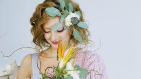 Πορτρέτο λουλουδιών μιας των νέων γυναικών εκμετάλλευσης στην τρίχα της απόθεμα βίντεο
