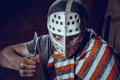 Πορτρέτο μανιακού με το μαχαίρι στο σκοτεινό υπόγειο Στοκ Εικόνα