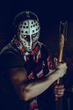 Πορτρέτο μανιακού με το τσεκούρι στο σκοτεινό υπόγειο Στοκ Φωτογραφίες