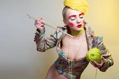 Πορτρέτο με τα νήματα και τις βελόνες Στοκ φωτογραφία με δικαίωμα ελεύθερης χρήσης