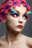 Πορτρέτο με τα λουλούδια και τα φτερά Στοκ εικόνα με δικαίωμα ελεύθερης χρήσης