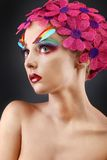 Πορτρέτο με τα λουλούδια και τα φτερά Στοκ Εικόνες