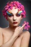 Πορτρέτο με τα λουλούδια και τα φτερά Στοκ εικόνες με δικαίωμα ελεύθερης χρήσης