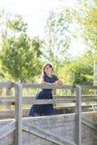 Πορτρέτο μιας αισθησιακής γυναίκας σε μια ξύλινη γέφυρα στοκ εικόνες