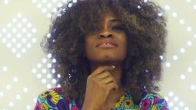 Πορτρέτο μιας αισθησιακής νέας αφρικανικής γυναίκας που εξετάζει τη κάμερα και το χαμόγελο απόθεμα βίντεο