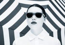 Πορτρέτο μιας αρκετά νέας γυναίκας στα ζωηρόχρωμα γυαλιά ηλίου Στοκ εικόνα με δικαίωμα ελεύθερης χρήσης