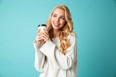 Πορτρέτο μιας αρκετά νέας ξανθής γυναίκας στο πουλόβερ στοκ φωτογραφία