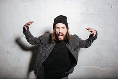 Πορτρέτο μιας γενειοφόρου τοποθέτησης ατόμων hipster με το στόμα που ανοίγουν Στοκ εικόνες με δικαίωμα ελεύθερης χρήσης