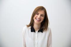 Πορτρέτο μιας γελώντας νέας επιχειρησιακής γυναίκας στοκ φωτογραφία