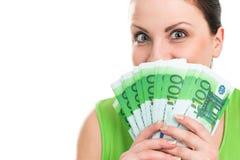 Πορτρέτο μιας γυναίκας με τα ευρο- τραπεζογραμμάτια στα χέρια Στοκ φωτογραφία με δικαίωμα ελεύθερης χρήσης