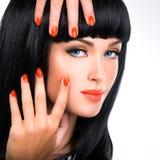 Πορτρέτο μιας γυναίκας με τα κόκκινα καρφιά και τη γοητεία makeup στοκ φωτογραφία με δικαίωμα ελεύθερης χρήσης