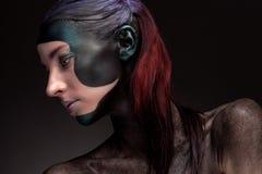 Πορτρέτο μιας γυναίκας με τη δημιουργική σύνθεση σε ένα γκρίζο υπόβαθρο Στοκ Εικόνες