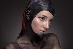 Πορτρέτο μιας γυναίκας με τη δημιουργική σύνθεση σε ένα γκρίζο υπόβαθρο Στοκ εικόνες με δικαίωμα ελεύθερης χρήσης