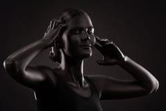 Πορτρέτο μιας γυναίκας με τη μαύρη σύνθεση στοκ εικόνες