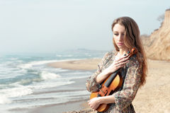 Πορτρέτο μιας γυναίκας με το βιολί υπαίθριο Στοκ Εικόνες
