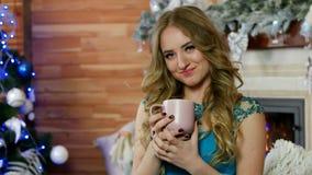Πορτρέτο μιας γυναίκας ομορφιάς που απολαμβάνει το φλυτζάνι του καυτού καφέ εκμετάλλευσης χεριών γυναικών ποτών ή το φλυτζάνι τσα φιλμ μικρού μήκους