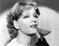Πορτρέτο μιας γυναίκας που κρατά ένα martini γυαλί (όλα τα πρόσωπα που απεικονίζονται δεν ζουν περισσότερο και κανένα κτήμα δεν υ στοκ εικόνες
