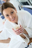 Πορτρέτο μιας γυναίκας που πίνει το καυτό τσάι σε ένα κέντρο υγειονομικής περίθαλψης Στοκ Φωτογραφία