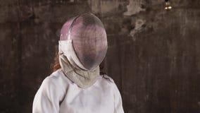 Πορτρέτο μιας γυναίκας που στέκεται στο υπόβαθρο τοίχων, η κυρία που κρατά rapier απόθεμα βίντεο