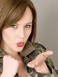 Πορτρέτο μιας γυναίκας που φορά έναν ανοικτό στρατό ή μια στρατιωτική κάλυψη Στοκ φωτογραφία με δικαίωμα ελεύθερης χρήσης